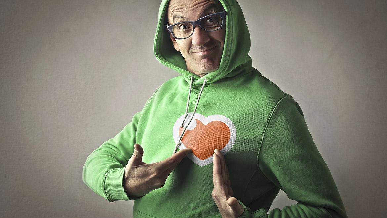 manifesto i love my brand con brandlover con felpa verde che indica il cuore