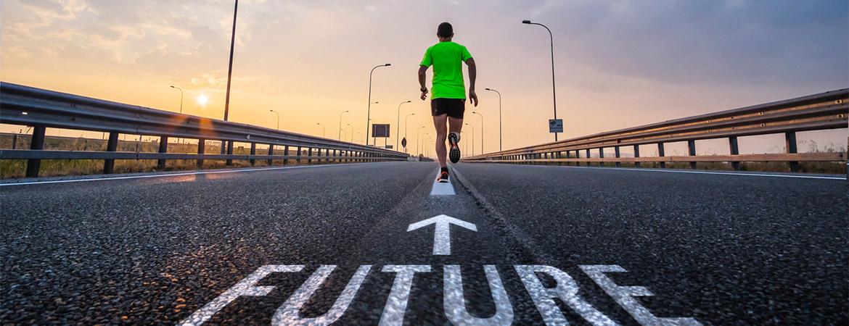immagine di uomo che corre verso il futuro